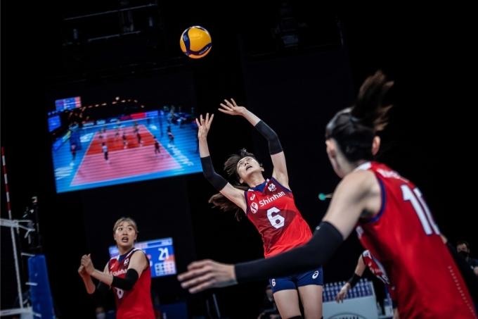 스테파노 라바리니 감독이 이끄는 여자 배구대표팀. (국제배구연맹 홈페이지) © 뉴스1