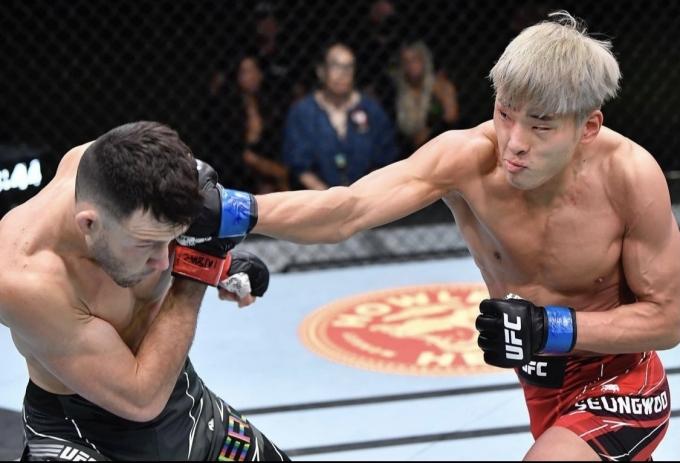 최승우가 줄리안 에로사를 1라운드 TKO로 잡았다.(UFC SNS 캡처)© 뉴스1