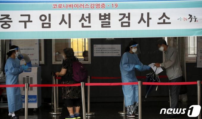 18일 오전 서울 중구 서울역광장에 마련된 신종 코로나바이러스 감염증(코로나19) 임시 선별검사소를 찾은 시민들이 검사를 위해 안내 받고 있다. 2021.6.18/뉴스1 © News1 이승배 기자