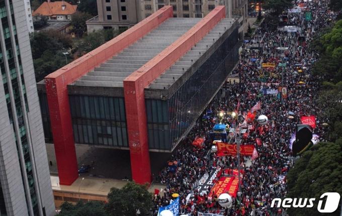 2021년 6월 19일(현지시간) 브라질 상파울루에서 자이르 보우소나루 대통령의 탄핵시위가 벌어지고 있다. © 로이터=뉴스1 © News1 정윤영 기자