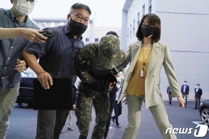 '성추행 피해 공군 부사관 사망사건' 가해자인 공군 장모 중사가 지난 2일 서울 용산구 국방부 보통군사법원에서 열린 영장실질심사에 출석하고 있다. (국방부 제공) 2021.6.2/뉴스1 © News1 이성철 기자