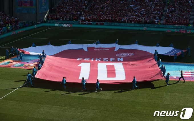 쓰러졌던 에릭센을 위한 퍼포먼스를 했던 덴마크. © AFP=뉴스1