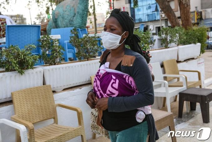 아프리카 기니 출신 이민자 아이샤는 리비아에서 성노예 생활을 하다 한 남성의 도움을 받아 튀니지로 탈출했다. 아이샤는 유럽행을 꿈꾸고 있다. © AFP=뉴스1 © News1 최서윤 기자