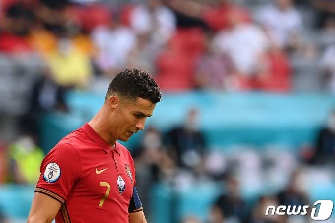 독일전 패배 이후 고개를 숙인 포르투갈 대표팀 주장 호날두. © AFP=뉴스1
