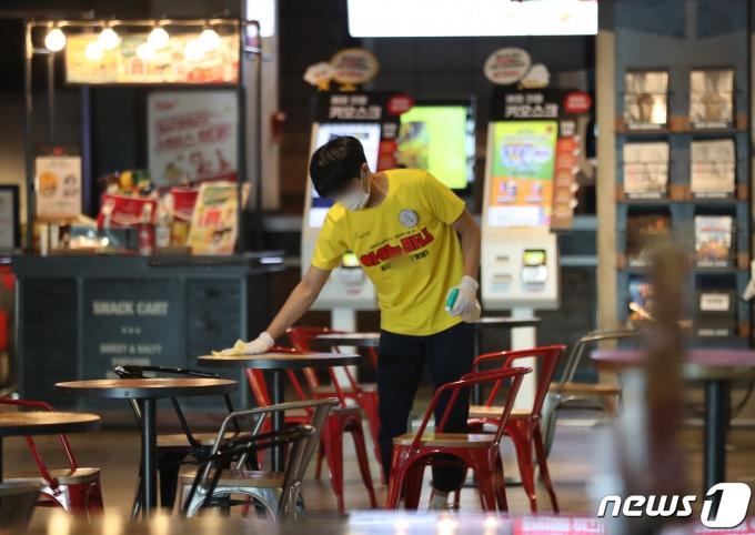 지난 달 26일 오전 경기도 수원시의 한 영화관이 썰렁한 모습을 보이고 있다. 20215.26/뉴스1 © News1 김영운 기자
