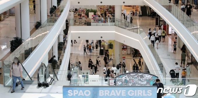 무더위가 이어지고 있는 20일 오후 서울 시내 한 대형 쇼핑몰에 이용 고객들로 붐비고 있다. 2021.6.20./뉴스1 © News1 김진환 기자