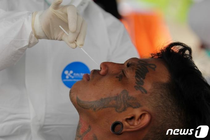 인도네시아 동자바 수라바야에서 2021년 6월 17일 한 남성이 코로나19 검진을 받는 모습. © 로이터=뉴스1 © News1 최서윤 기자