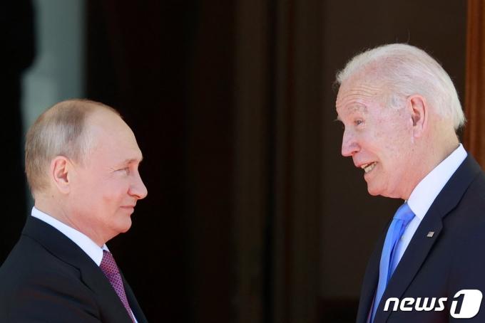 블라디미르 푸틴(왼) 러시아 대통령과 조 바이든 미국 대통령이 2021년 6월 16일 스위스 제네바 빌라 라 그랑주에서 만난 모습. © AFP=뉴스1