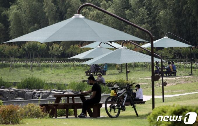 2일 울산 태화강 국가정원 오산못 분수대를 찾은 시민들. 2021.6.2/뉴스1 © News1 윤일지 기자