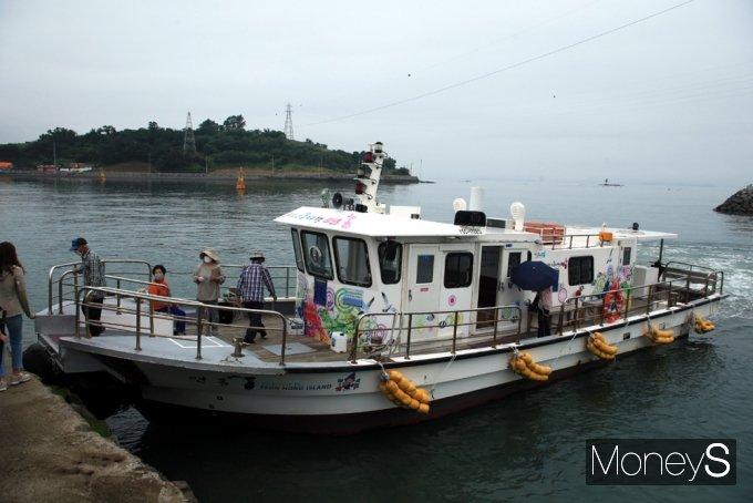 거금 신양선착장과 연흥 신촌항을 운항하는 배 뒤로 연홍도가 모습을 드러냈다./홍기철기자