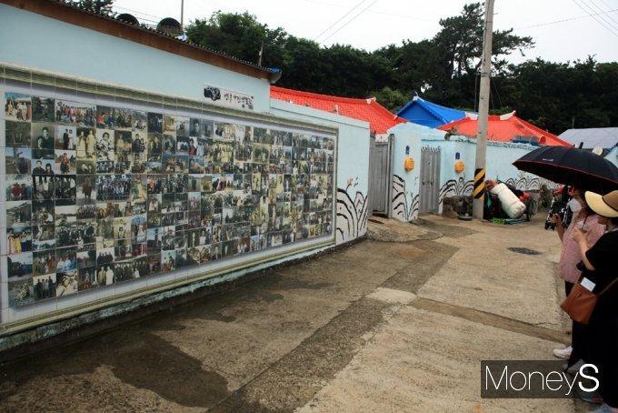 연홍도의 산 역사인 사진관. 마을주민들의 추억이 묻은 사진들이 벽화로 제작됐다./홍기철기자