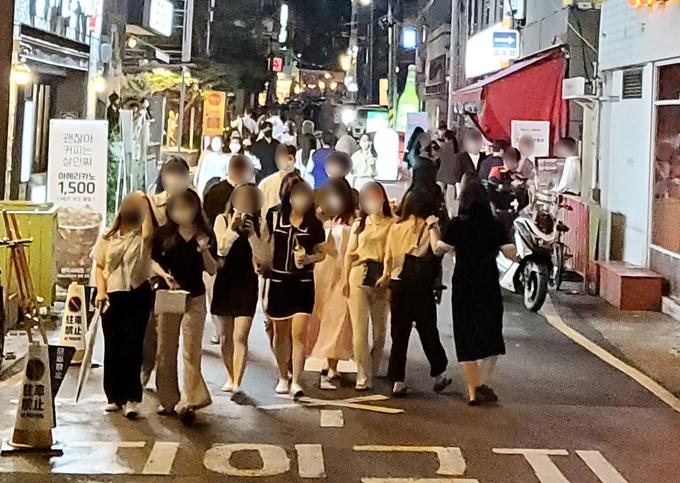 다음달 1일부터 새로운 사회적 거리두기 체계가 적용된다. 사진은 8인 모임 제한이 적용된 광주 동구 장동 일대 모습. /사진=뉴스1