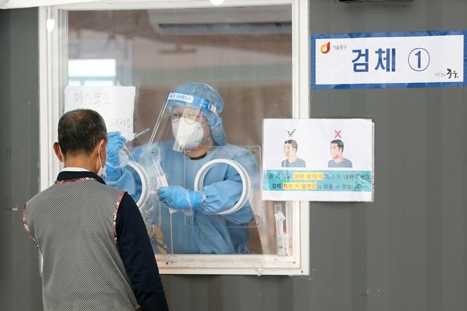 코로나19 신규 확진자가 21일 0시 기준 357명으로 조사됐다. 사진은 지난 17일 서울 중구 서울역광장에 마련된 임시선별진료소에서 검사를 받는 시민 모습. /사진=뉴스1