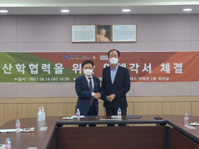 류병환 테라젠이텍스 대표(우)와 김상건 동국대 약대학장(좌)./사진=테라젠이텍스