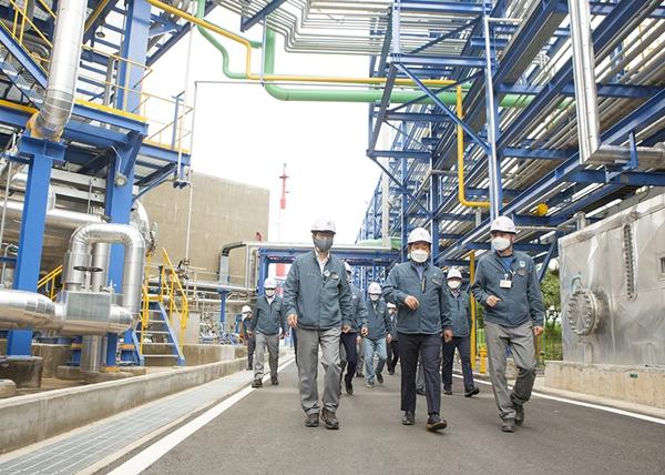 코오롱인더스트리가 전남 여수공장의 석유수지 생산 시설을 1만5000톤 규모 증설한다. 사진은 장희구 코오롱인더스트리 대표(앞줄 가운데)가 직원들과 함께 공장을 둘러보고 있는 모습. /사진=코오롱인더