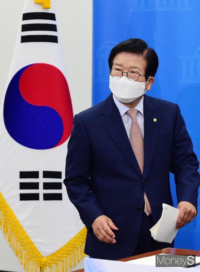 [머니S포토] 화상 기자간담회 차 입장하는 박병석 의장