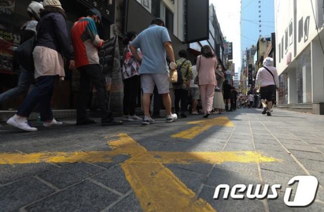 정부의 새 거리두기 개편안에 따르면 내달 1일부터 수도권은 6인까지 모임이 허용된다. 일부 유흥시설과 노래방, 식당·카페 등은 24시까지 영업이 제한되고 각 지자체에 따라 자율적으로 해지가 가능하다./사진=뉴스1