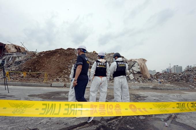 21일 경찰이 광주 붕괴사고와 관련해 한 철거업체가 증거인멸을 시도한 정황을 포착했다고 밝혔다. 사진은 지난 10일 붕괴 현장을 조사하는 국립과학수사연구원 관계자. /사진=뉴스1