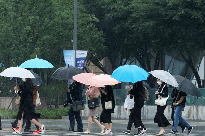 오는 22일은 내륙 곳곳에 소나기가 내릴 전망이다. 사진은 지난 18일 서울 종로구 광화문네거리 앞에서 출근하는 시민 모습. /사진=뉴스1