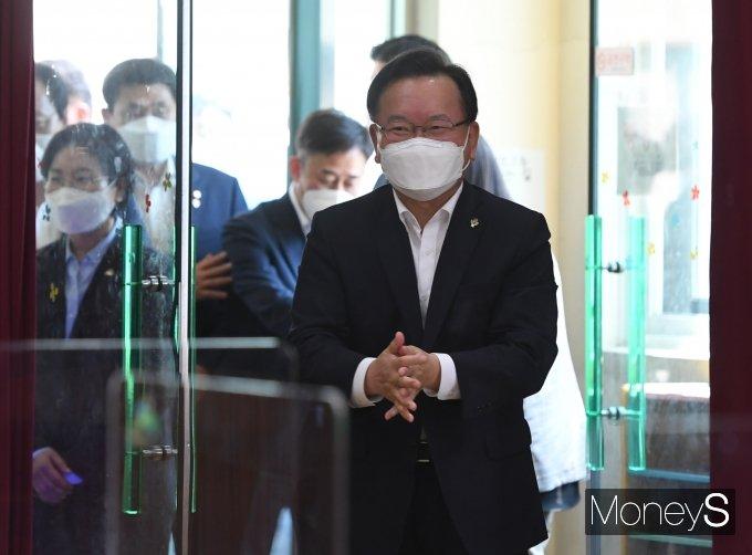 [머니S포토] 아동학대 대응 현장 간담회 참석하는 김부겸 총리