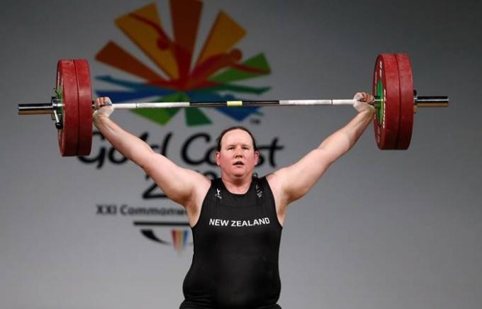 로렐 허버드는 성전환선수 최초로 올림픽에 출전하게 됐다. 사진은 지난 2018년 골드 코스트 커먼웰스 게임 여자 역도 90kg 이상급에 출전한 허버드의 모습이다. /사진=로이터