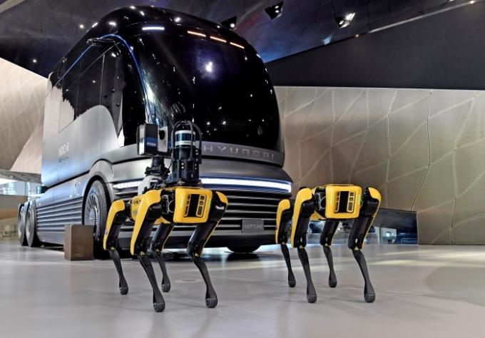 보스턴 다이내믹스는 4족 보행 로봇 '스팟'과 2족 직립 보행이 가능한 로봇 '아틀라스' 등을 개발해 주목을 받았다. 지난 3월에는 창고·물류 시설에 특화된 로봇 '스트레치'를 선보였다. /사진제공=현대차그룹