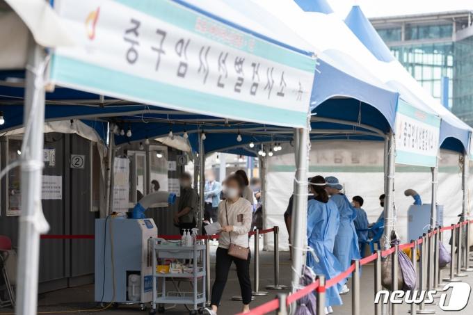 21일 서울 중구 서울역광장에 마련된 임시 선별진료소를 찾은 시민들이 검체검사를 받기 위해 줄을 서 있다. 2021.6.21/뉴스1 © News1 이재명 기자
