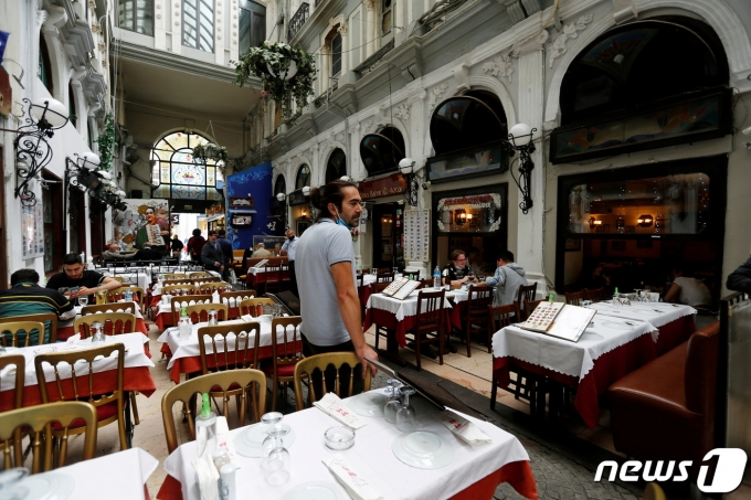터키 이스탄불의 식당이 2021년 6월 1일 코로나19 봉쇄로 한산한 모습. © 로이터=뉴스1 © News1 최서윤 기자