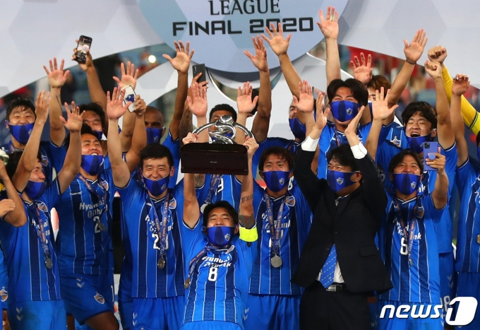 19일(현지시간) 카타르에서 열린 아시아축구연맹(AFC) 챔피언스리그(ACL) 결승전에서 페르세폴리스(이란)을 2대1로 제압해 우승을 차지한 울산현대 선수들이 시상식에서 우승컵을 들고 환호하고 있다. © 로이터=뉴스1 © News1 이동원 기자