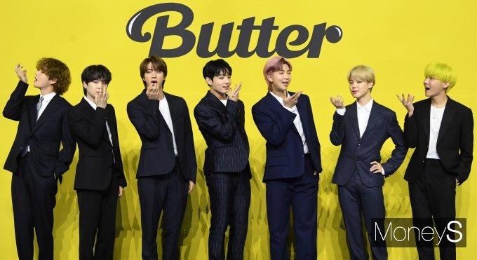방탄소년단(BTS)이 지난달 21일 서울 송파구 방이동 올림픽공원 올림픽홀에서 열린 새 디지털 싱글 'Butter(버터)' 발매 기념 글로벌 기자간담회에 참석해 포즈를 취하고 있다. /사진=장동규 기자