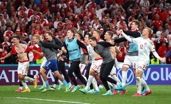 덴마크 선수들이 22일 오전(한국시각) 덴마크 코펜하겐에서 열린 러시아와의 유로2020 B조 조별라운드 3차전에서 4-1로 승리해 16강행을 확정한 후 관중의 환호에 호응하고 있다. /사진=로이터