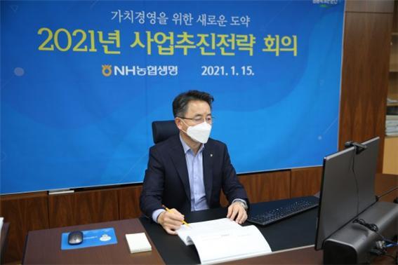 김인태 NH농협생명 사장이 임직원들에게 신계약가치를 높여야 한다고 주문했다. 김 사장이 올해 1월 경영계획을 발표하고 있다./사진=NH농협생명