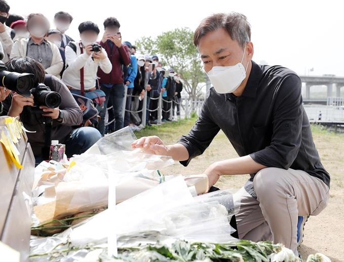 22일 고 손정민씨(22) 아버지 손현씨(50)가 소수라도 좋으니 정민씨 수사를 지속해달라고 요청했다. 사진은 지난달 8일 서울 서초구 반포한강공원 인근에 마련된 정민씨 추모공간을 바라보는 손씨. /사진=뉴스1