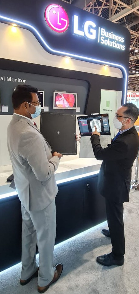 LG전자 직원이 이달 21일부터 24일까지 두바이에서 열리는 중동 최대 의료기기 전시회 '아랍 헬스'에서 디지털 엑스레이 검출기를 소개하고 있다. / 사진=LG전자