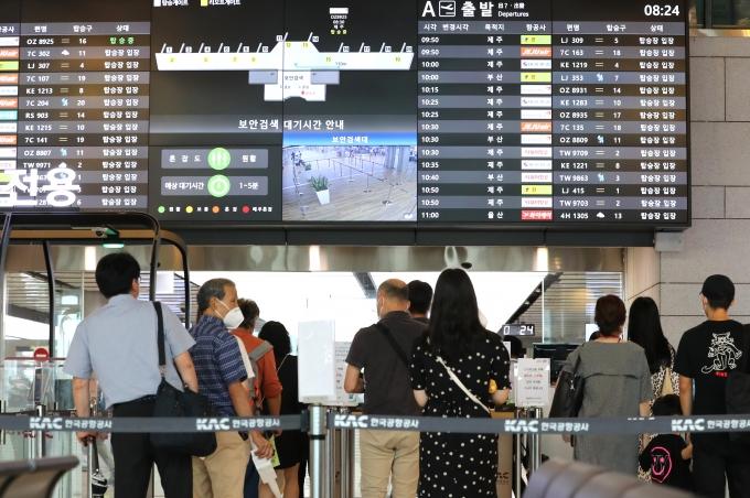 본격적인 휴가철을 맞아 지난해 7월 서울 강서구 김포공항 국내선 청사에서 코로나19로 해외 대신 국내여행을 떠나는 여행객들이 탑승장으로 가기 위해 줄을 서고 있다. /사진제공=뉴시스