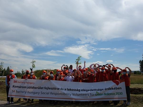 SK이노베이션이 유럽 배터리 시장의 전진기지가 있는 헝가리 코마롬시 지역사회를 위해 나섰다. SK이노베이션 배터리 사업의 유럽 법인 SK 배터리 헝가리 구성원들과 코마롬 시장 일행이 지난 18일(현지 시간) 환경개선 자원봉사활동의 일환으로 아카시아 초목을 심고 기념 촬영을 하는 모습. /사진=SK이노베이션