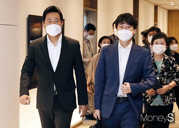 [머니S포토] 서울시청 방문한 이준석 대표