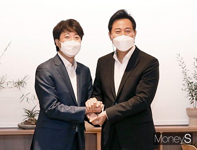 [머니S포토] 손 잡은 이준석 대표와 오세훈 시장