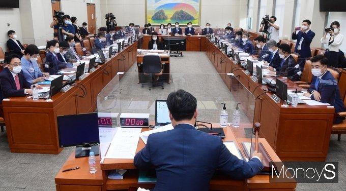 [머니S포토] 전금법 개정안 찬반 속 국회 정무위 회의 개회