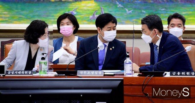 [머니S포토] 국회 정무위, 의견 나누는 공정위·국조실·금융위 수장