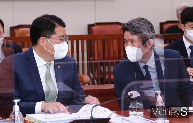 [머니S포토] 국회 외통위서 대화하는 이인영 장관과 최종건 차관