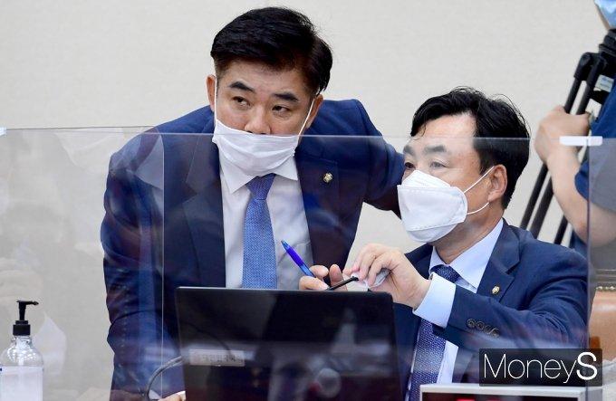 [머니S포토] 국회 정무위, 대화 나누는 윤관석·김병욱
