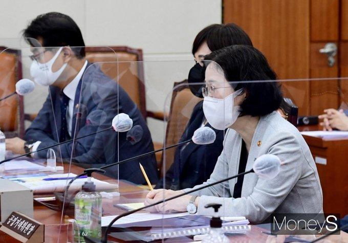 [머니S포토] 국회 정무위, 질의 답변하는 공정위 '조성욱'