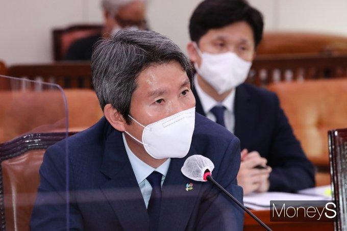 [머니S포토] 의원 질문에 답변하는 이인영 장관