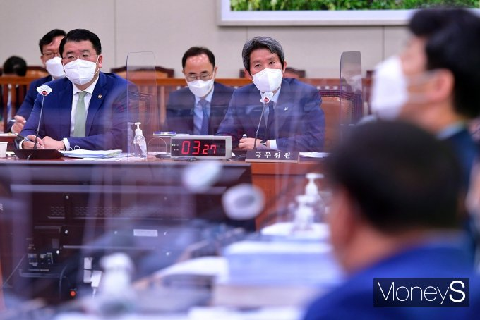 [머니S포토] 국회 외통위 전체회의 출석한 이인영 장관