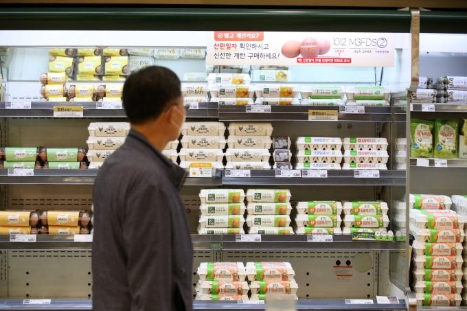 정부가 조류 인플루엔자(AI)로 고공행진 중인 계란 값 안정을 위해 수입 계란에 대한 무관세 적용을 연말까지 연장한다고 밝혔다.사진은 22일 서울 시내의 한 대형마트에서 계란이 판매되고 있는 모습./사진제공=뉴시스