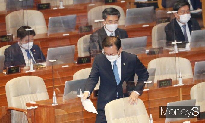 [머니S포토] 국회 대정부 질문, 발언대 향하는 '김부겸'