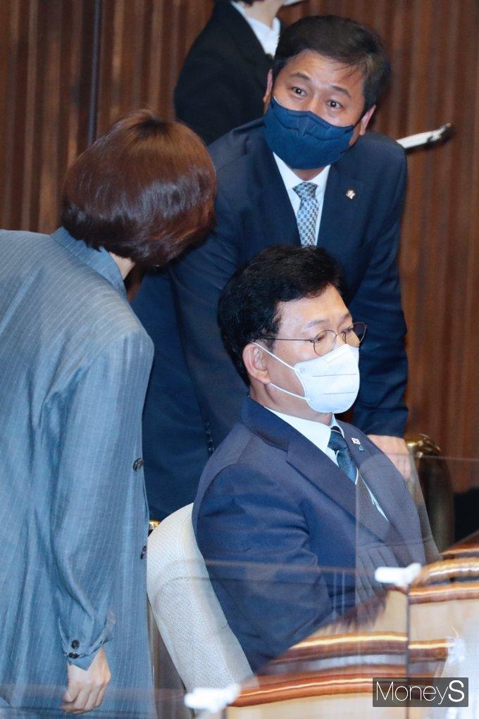 [머니S포토] 국회 대정부 질문 생각에 잠긴 '송영길'