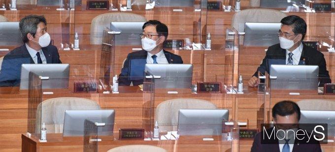 [머니S포토] 국회 대정부 질문, 의견 나누는 이인영·박범계·서욱