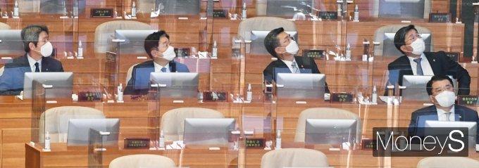 [머니S포토] 국회 대정부 질문, 질문 자료 응시하는 국무위원
